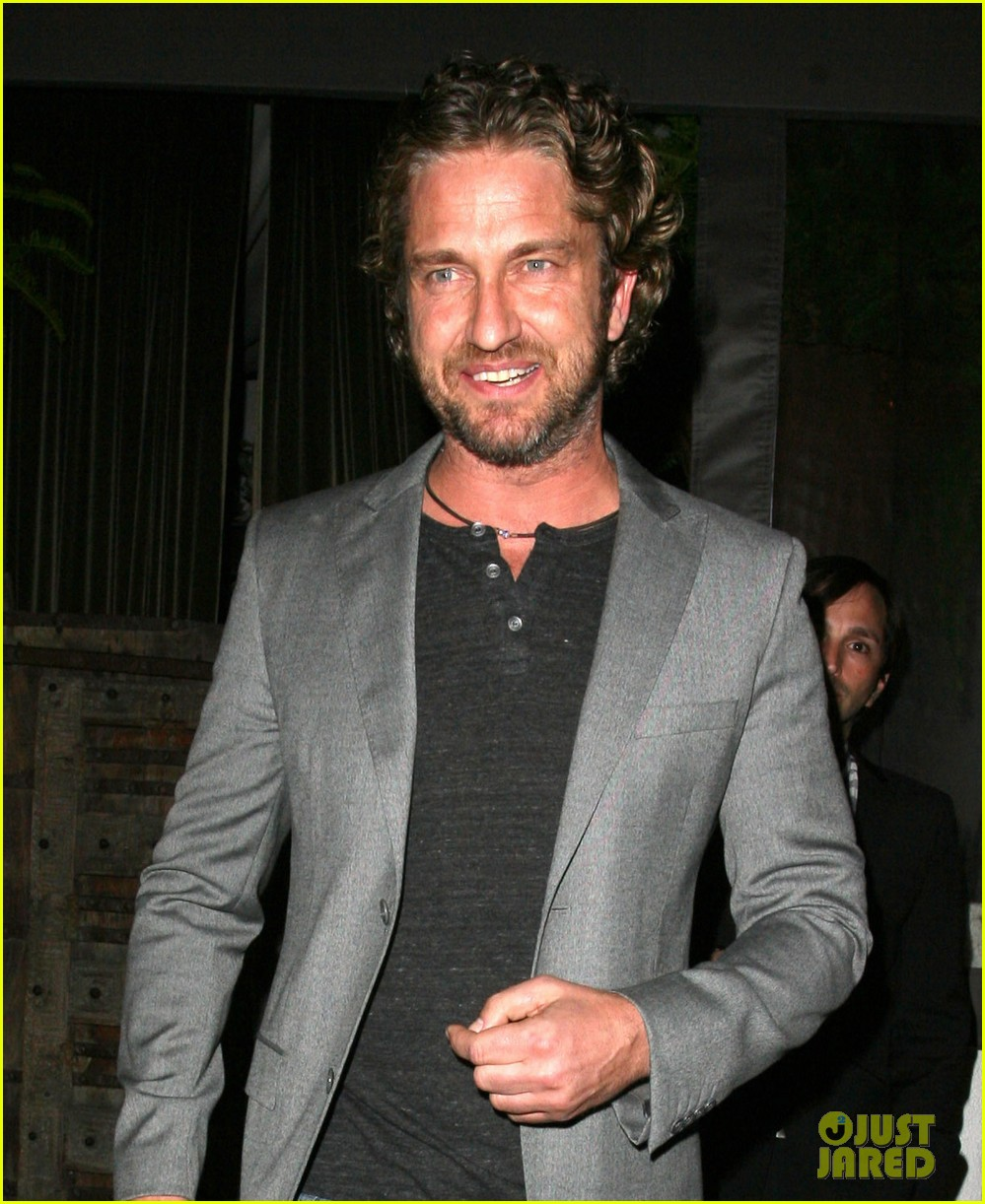 gerard butler nightclub smile 03