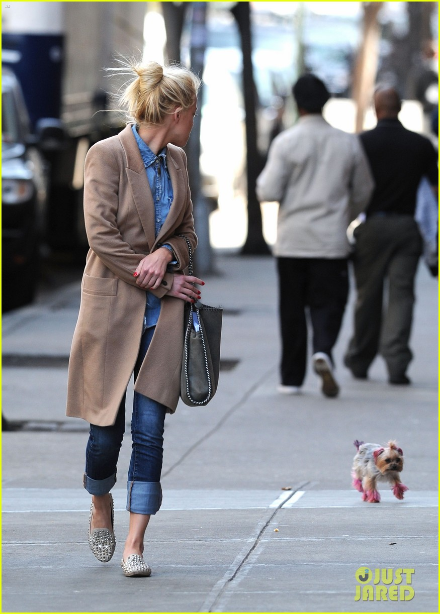 amber heard spy day with pink pooch 02