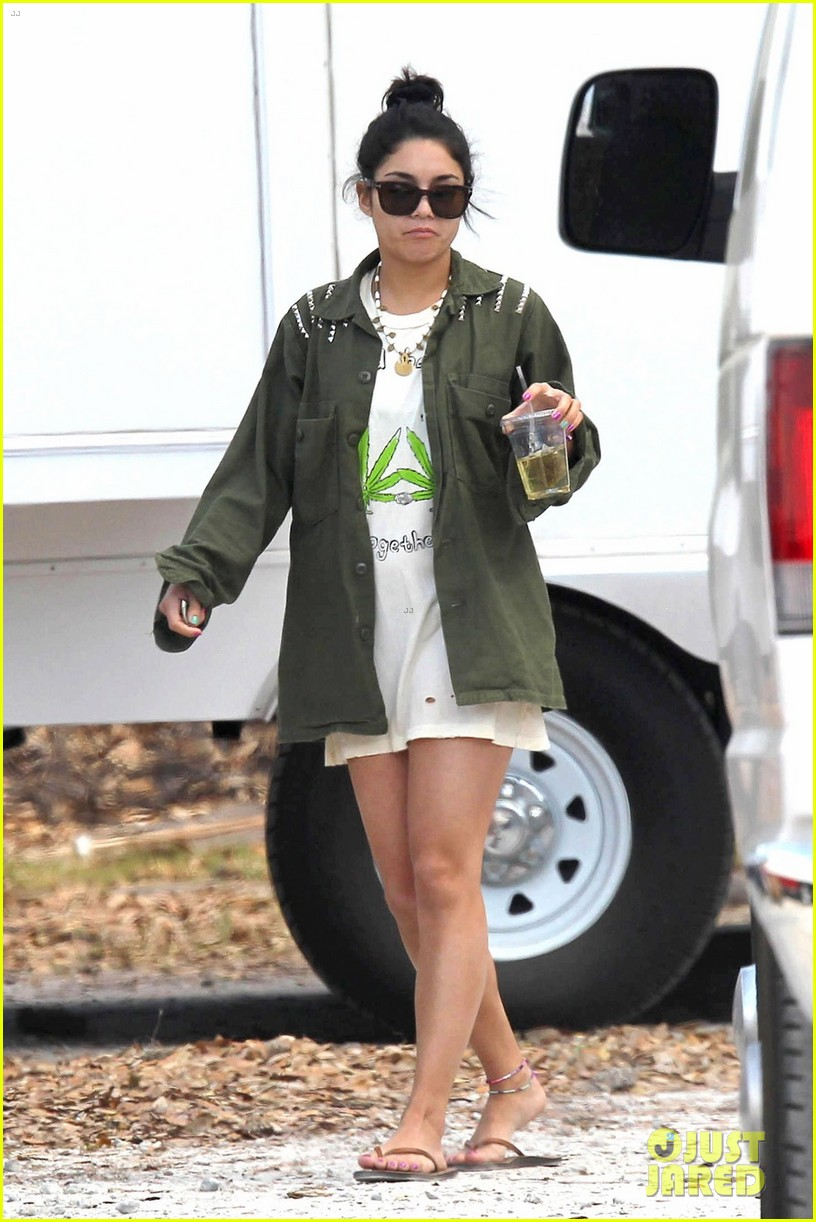 vanessa hudgens drink spring breakers 012636909