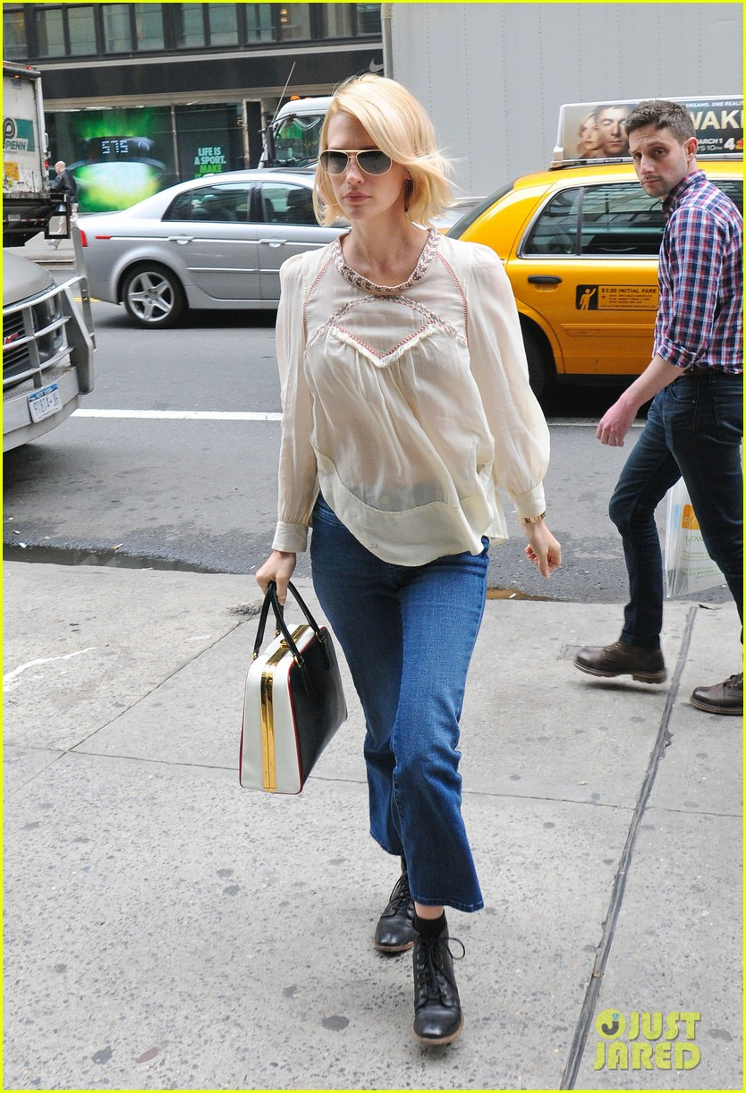 january jones it was challenging filming mad men pregnant 032641219