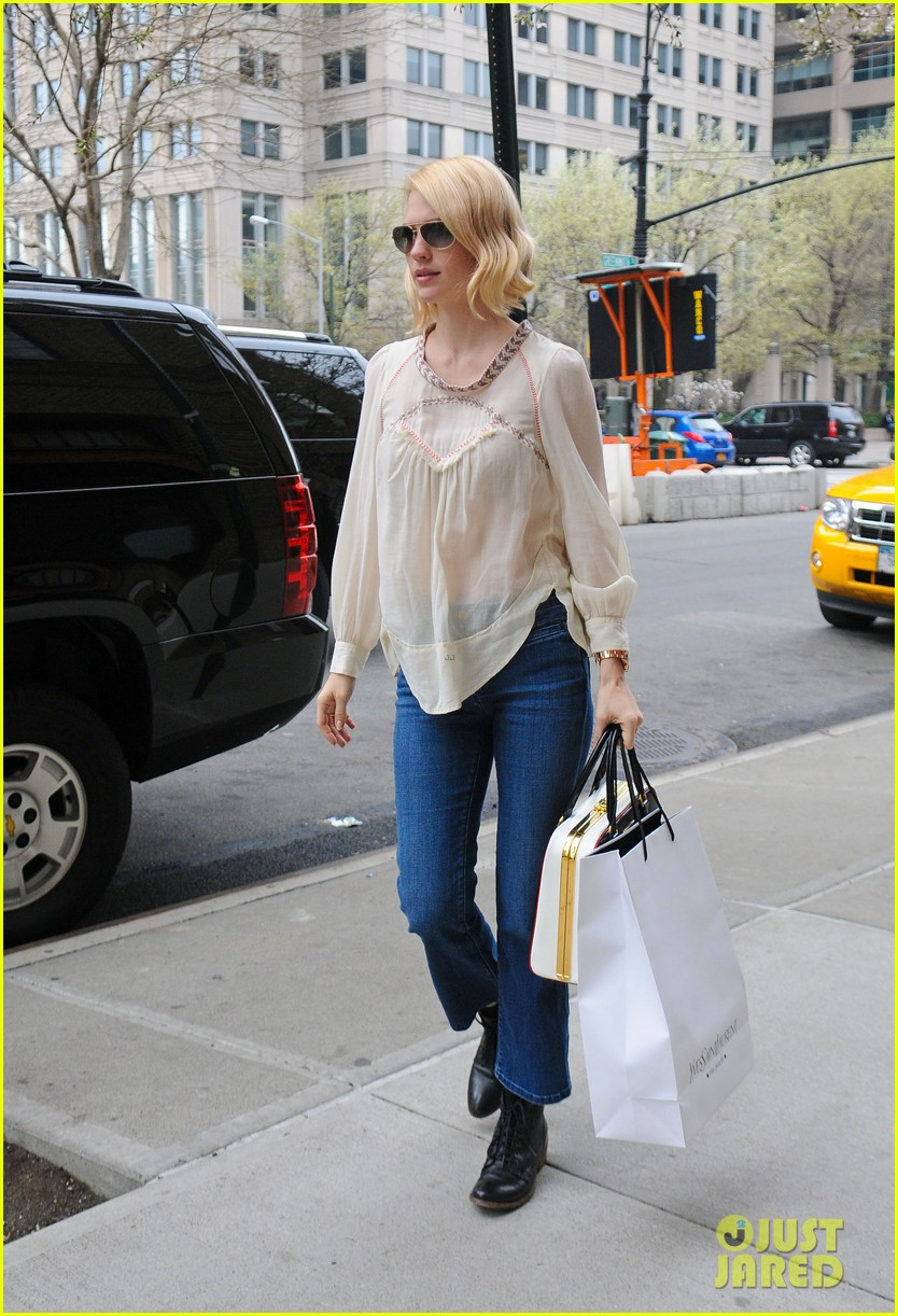 january jones it was challenging filming mad men pregnant 042641220