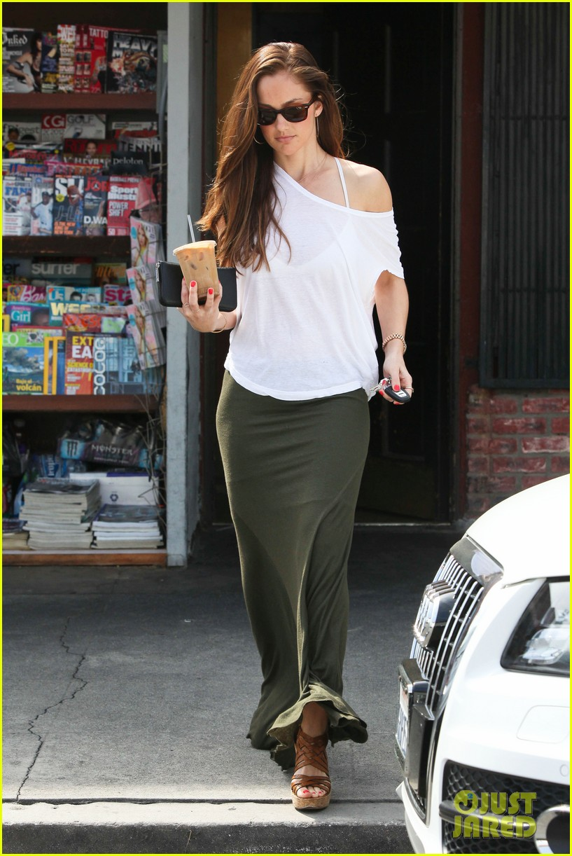 minka kelly grabs coffee 03