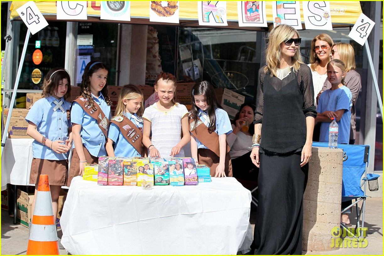 heidi klum sells girl scout cookies with leni 16