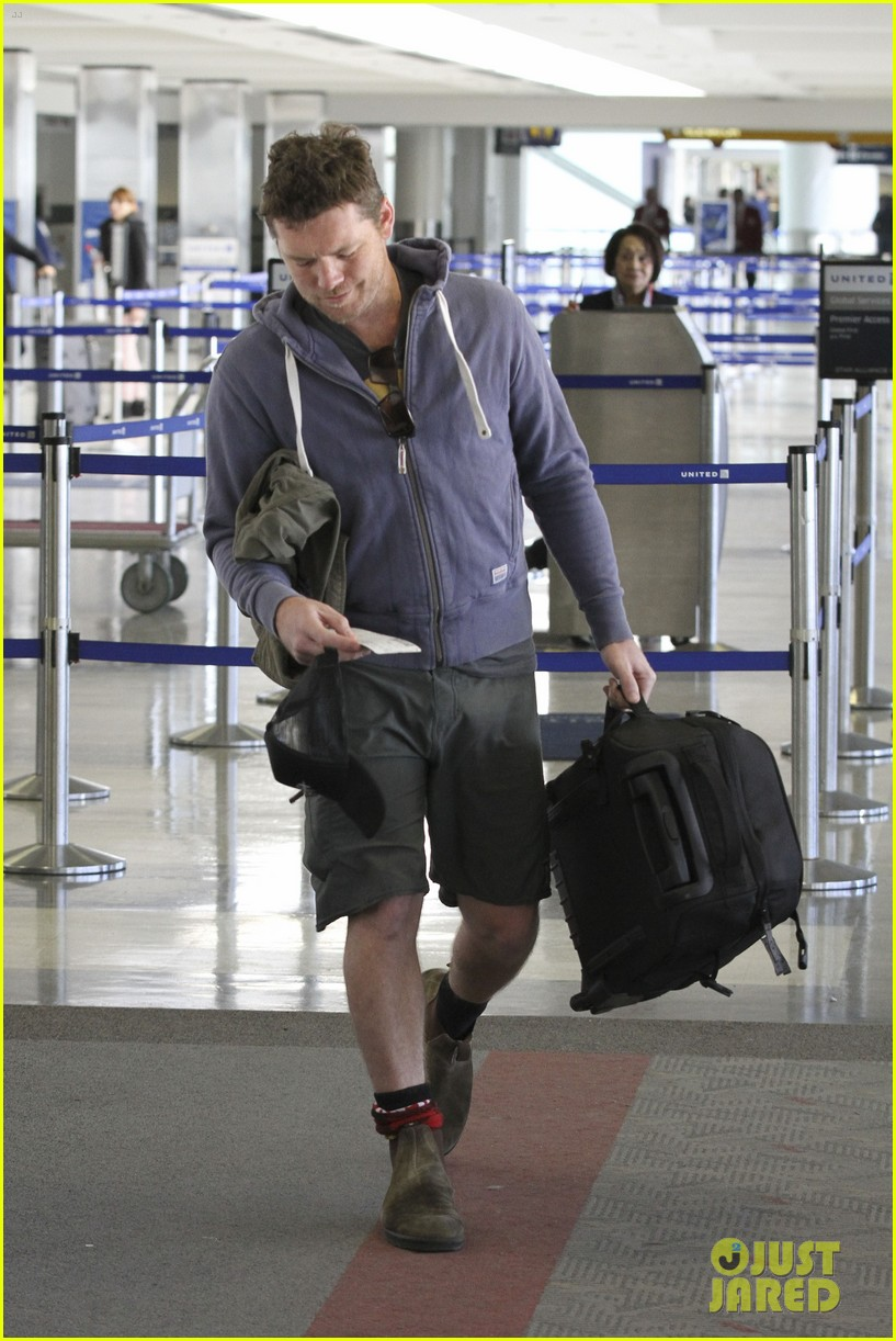 sam worthington lax flight 12