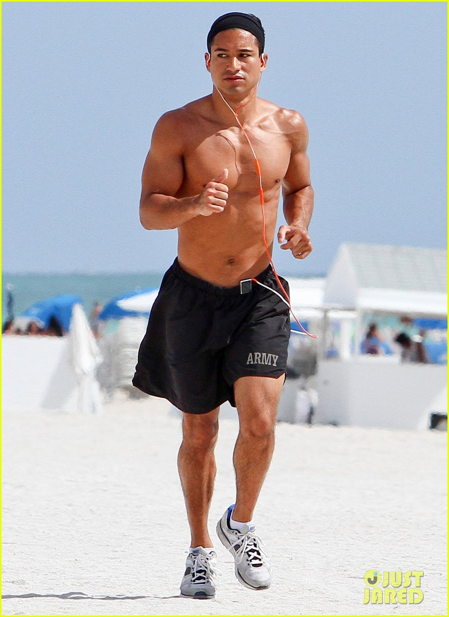 mario lopez shirtless miami beach jog 06