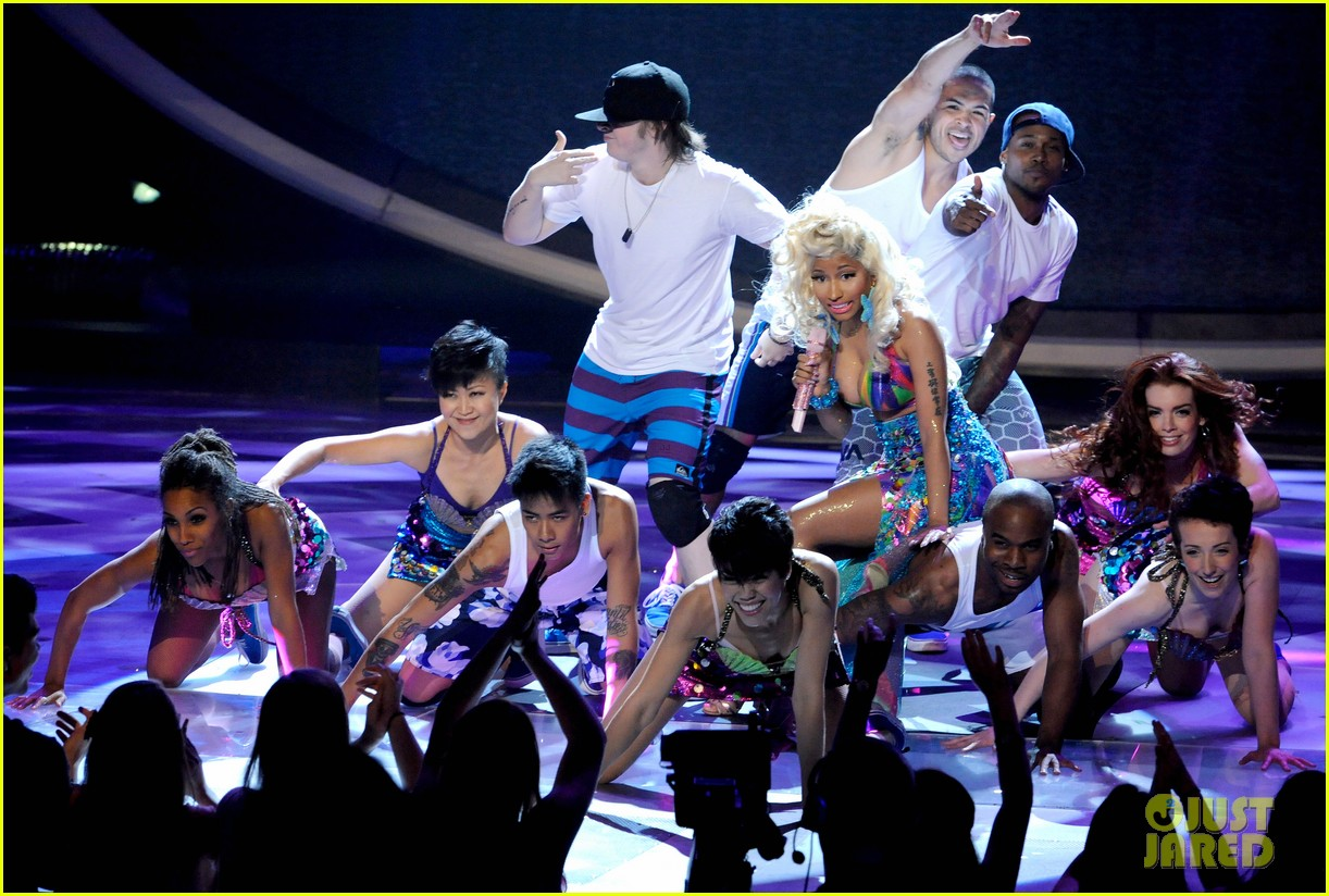 nicki minaj starships live on american idol 01