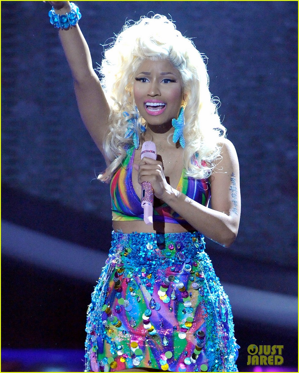 nicki minaj starships live on american idol 042643693