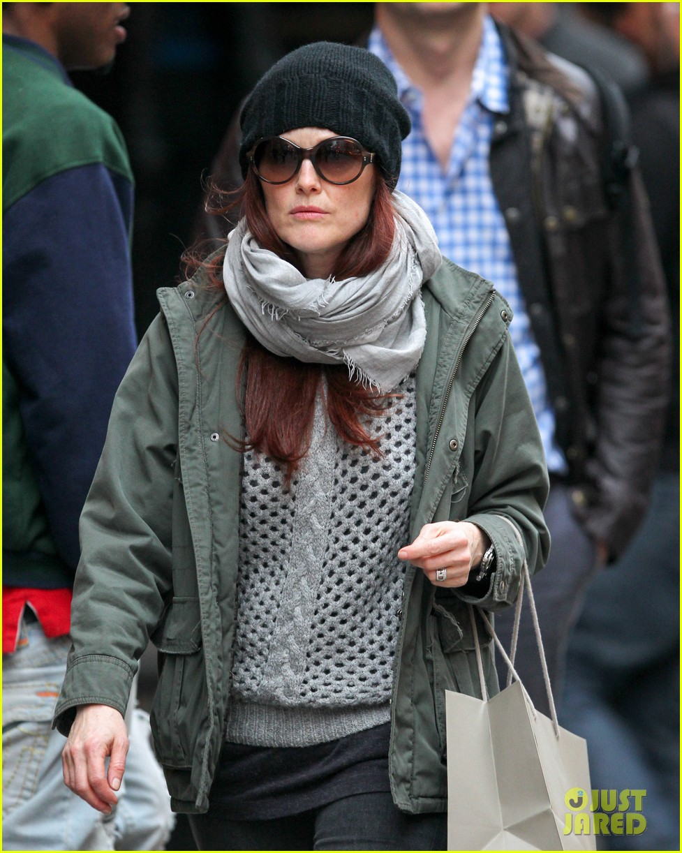 julianne moore heading home 07