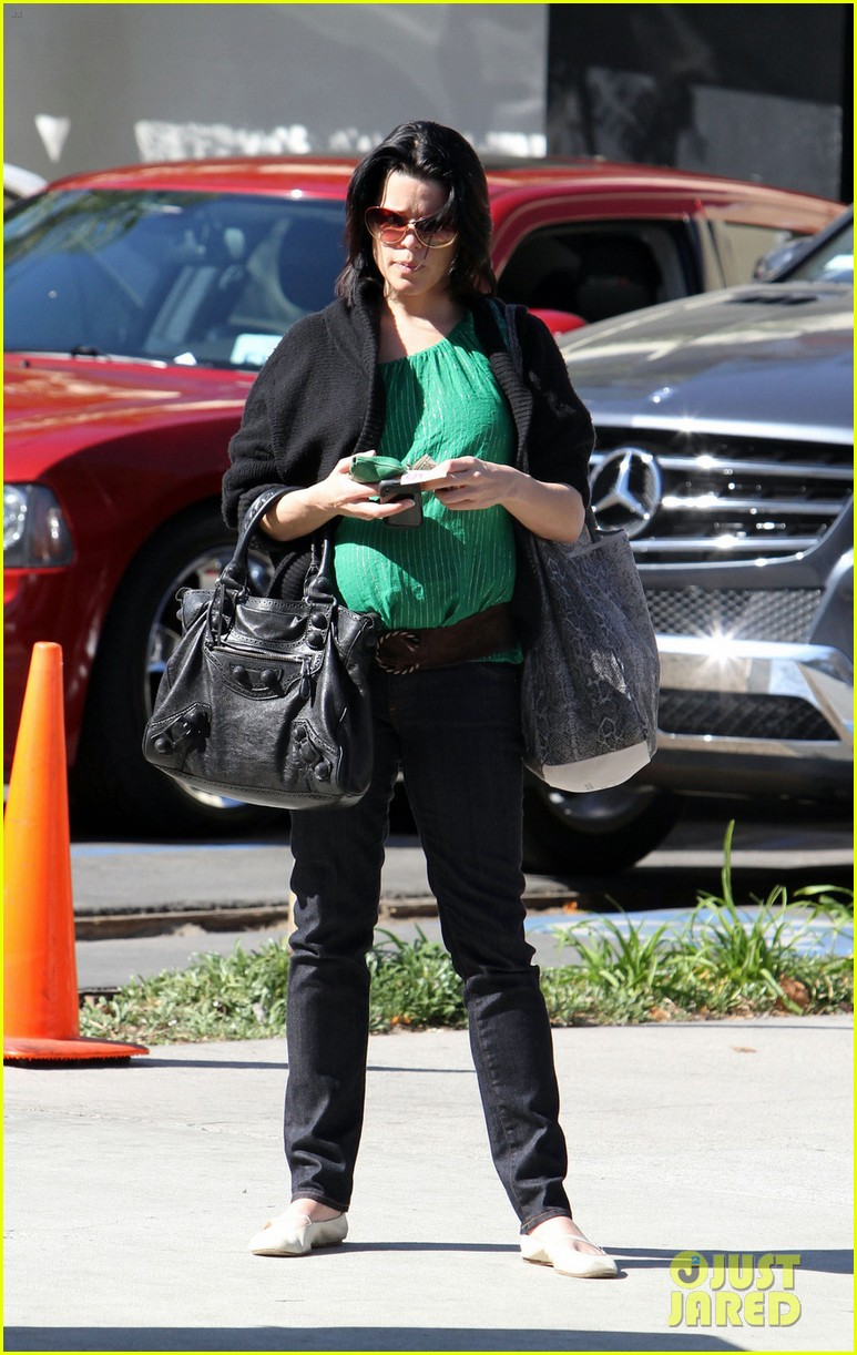 neve campbell pregnant 02
