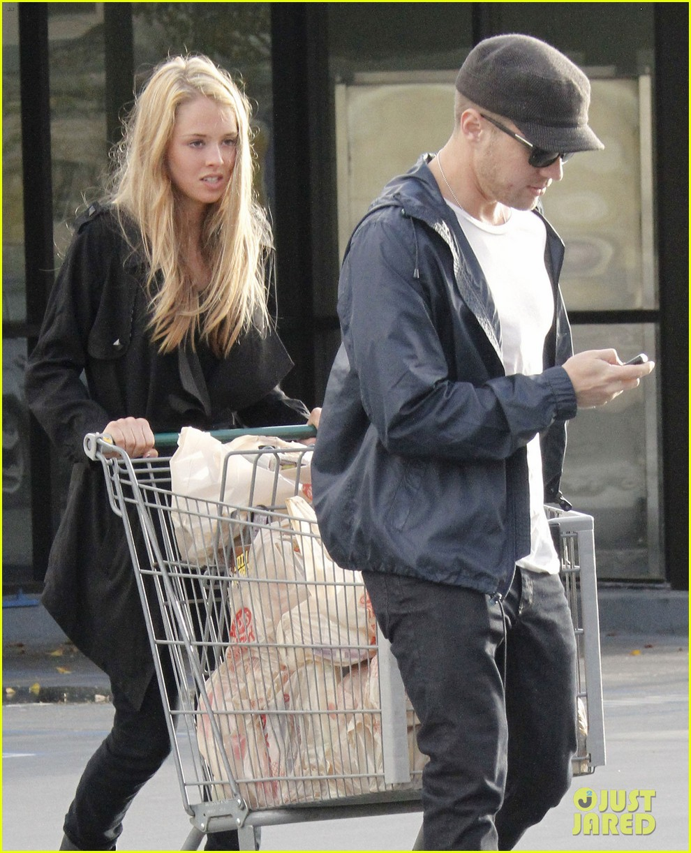 ryan phillippe grocery shopping with a mystery gal 022639981