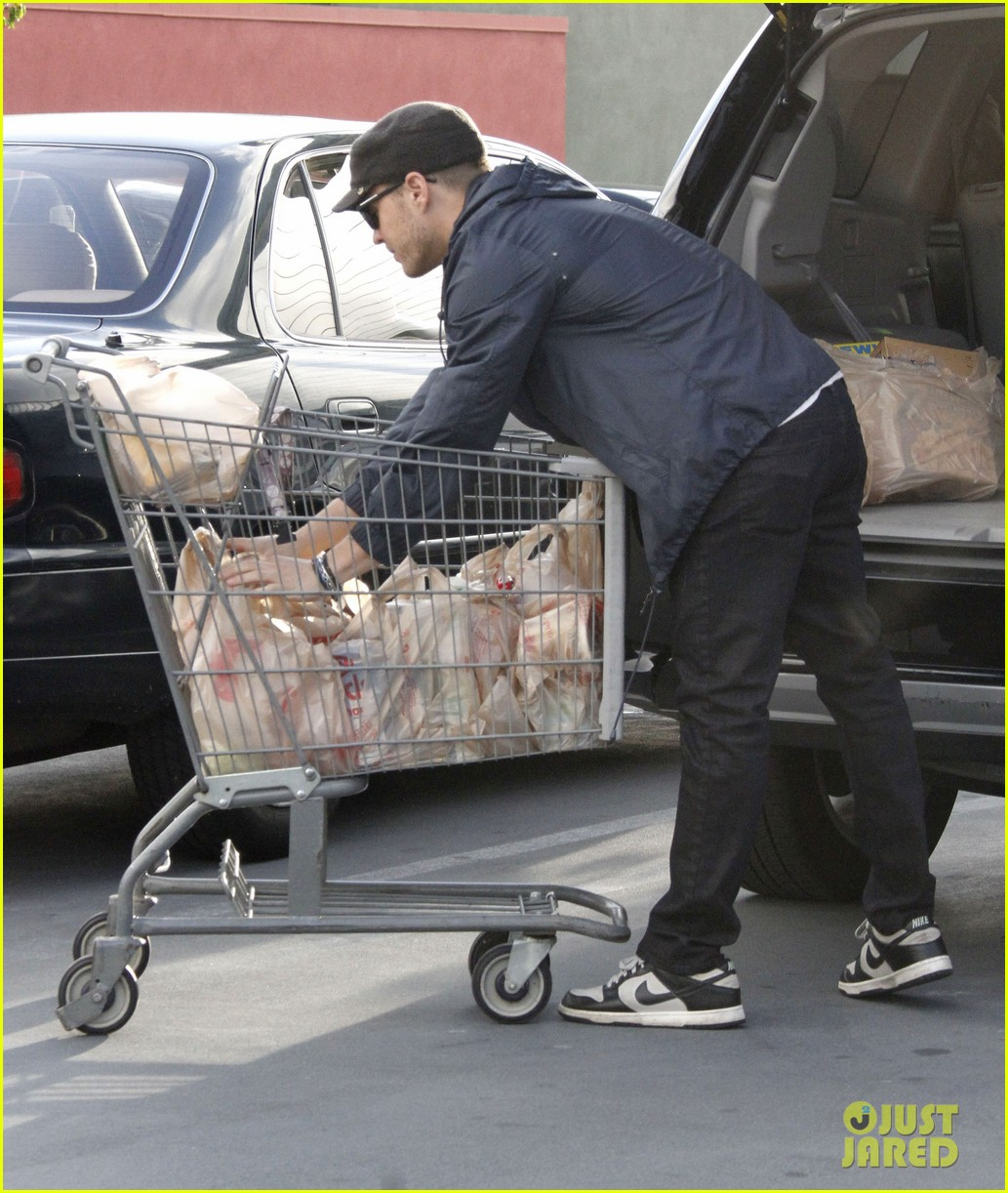 ryan phillippe grocery shopping with a mystery gal 032639982