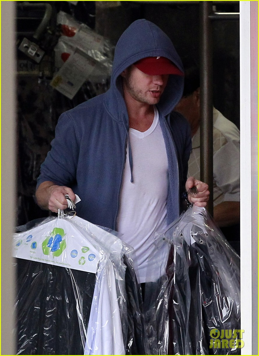 ryan phillippe grocery shopping with a mystery gal 082639987