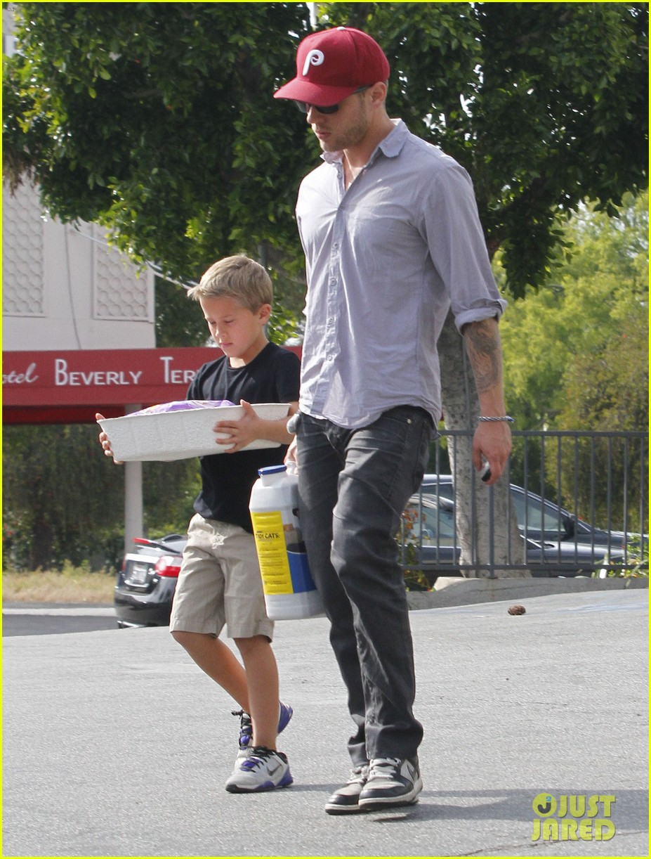 ryan phillippe petco stop with deacon 07