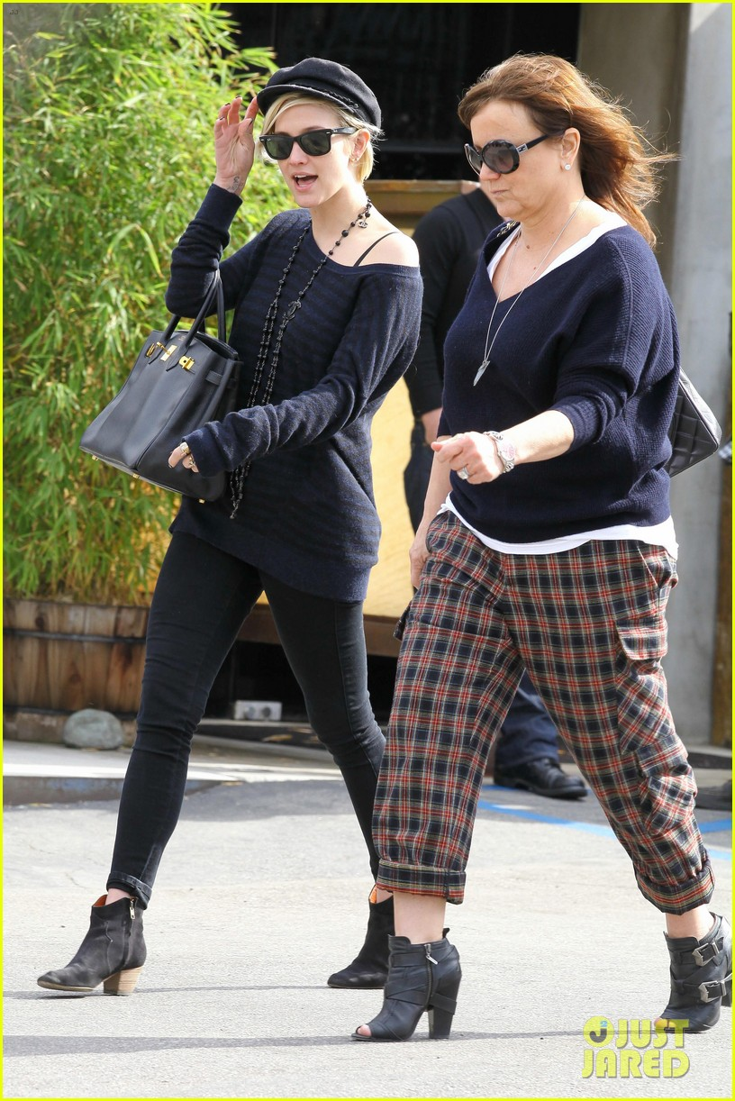 ashlee simpson lunch mom tina 01