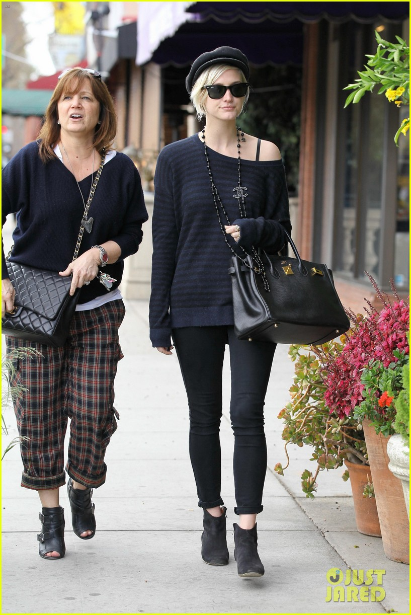ashlee simpson lunch mom tina 102636941