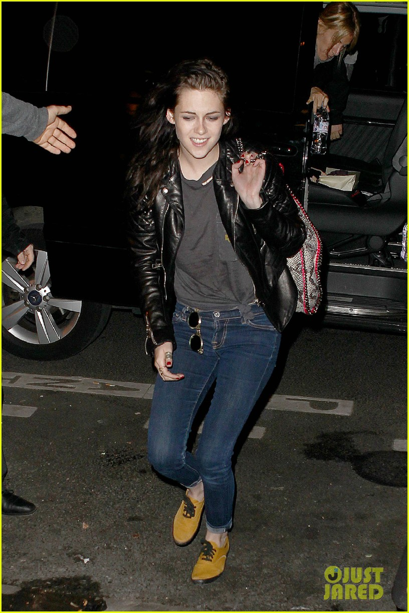 kristen stewart out about paris 052635585