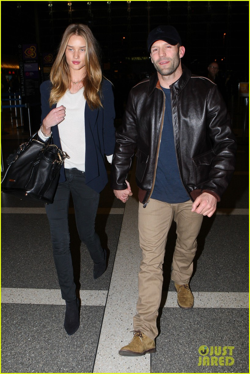 rosie huntington whiteley jason statham holding hands lax 01