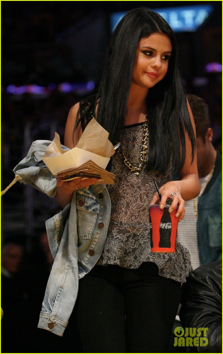 Justin Bieber Selena Gomez Kissy Couple At Lakers Game Photo