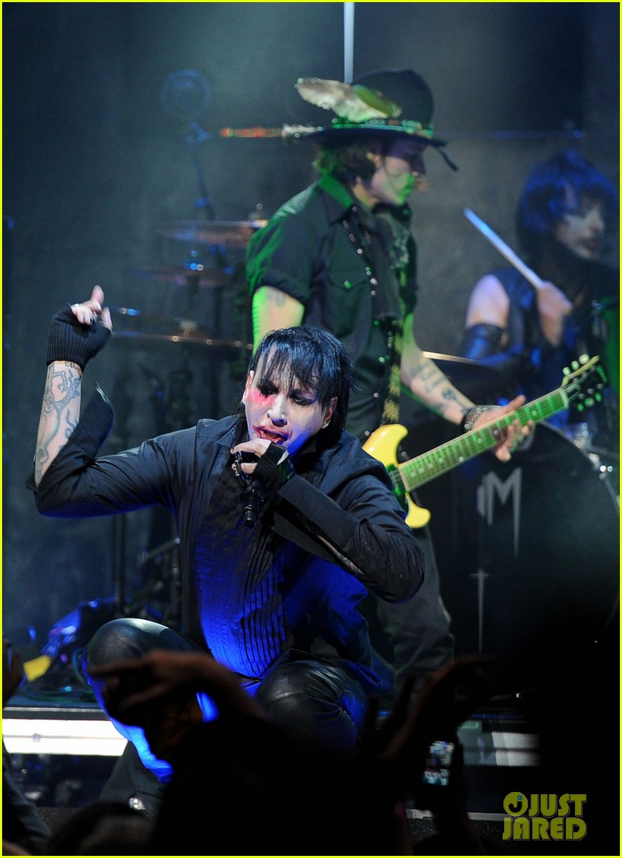 johnny depp revolver golden gods awards with marilyn manson 04