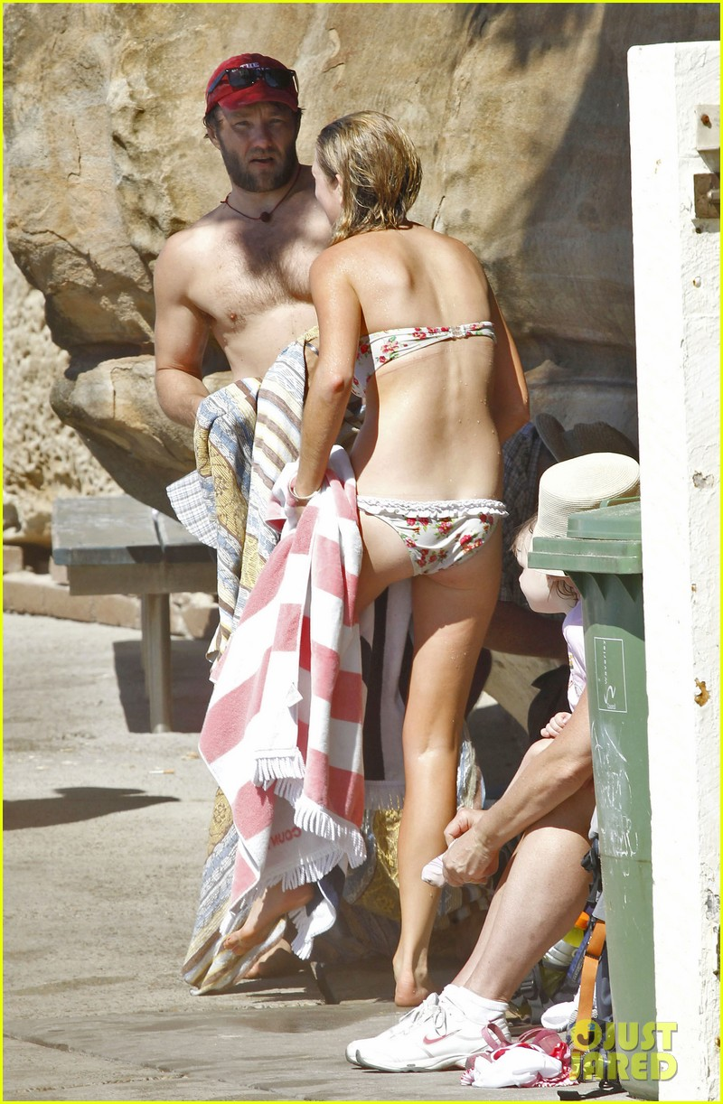 joel edgerton shirtless beach 01