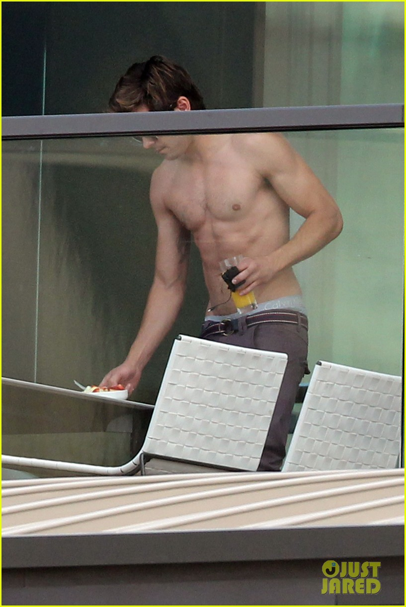 zac efron shirtless sydney 02