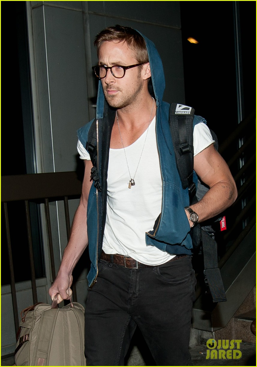 ryan gosling late night lax arrival 01