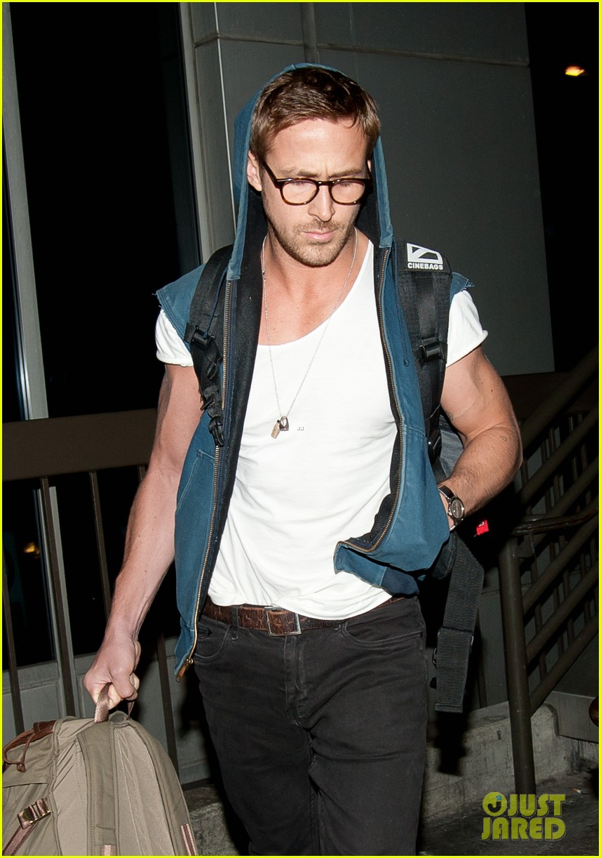 ryan gosling late night lax arrival 04
