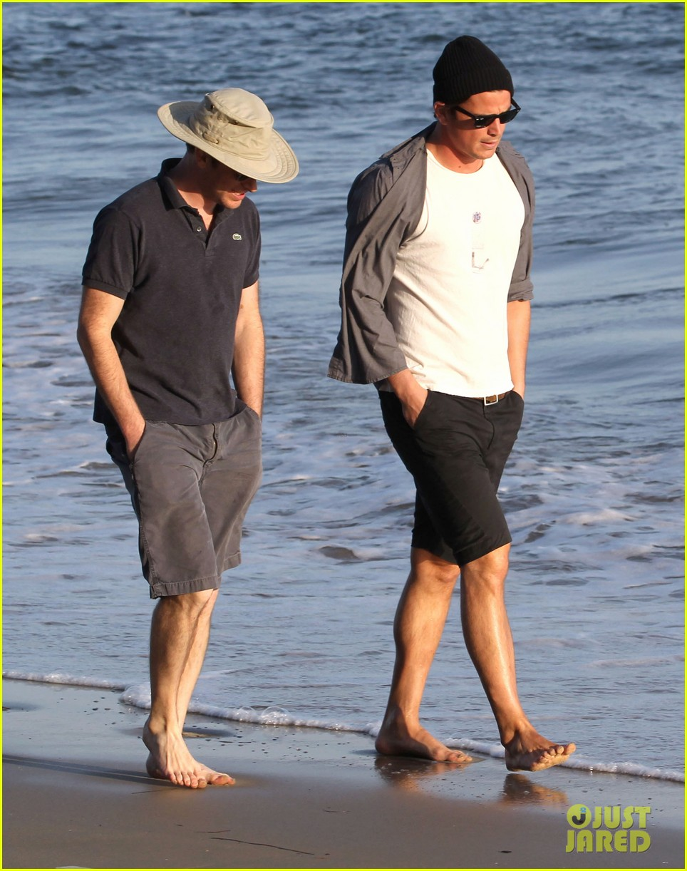 josh hartnett barefoot beach stroll 03