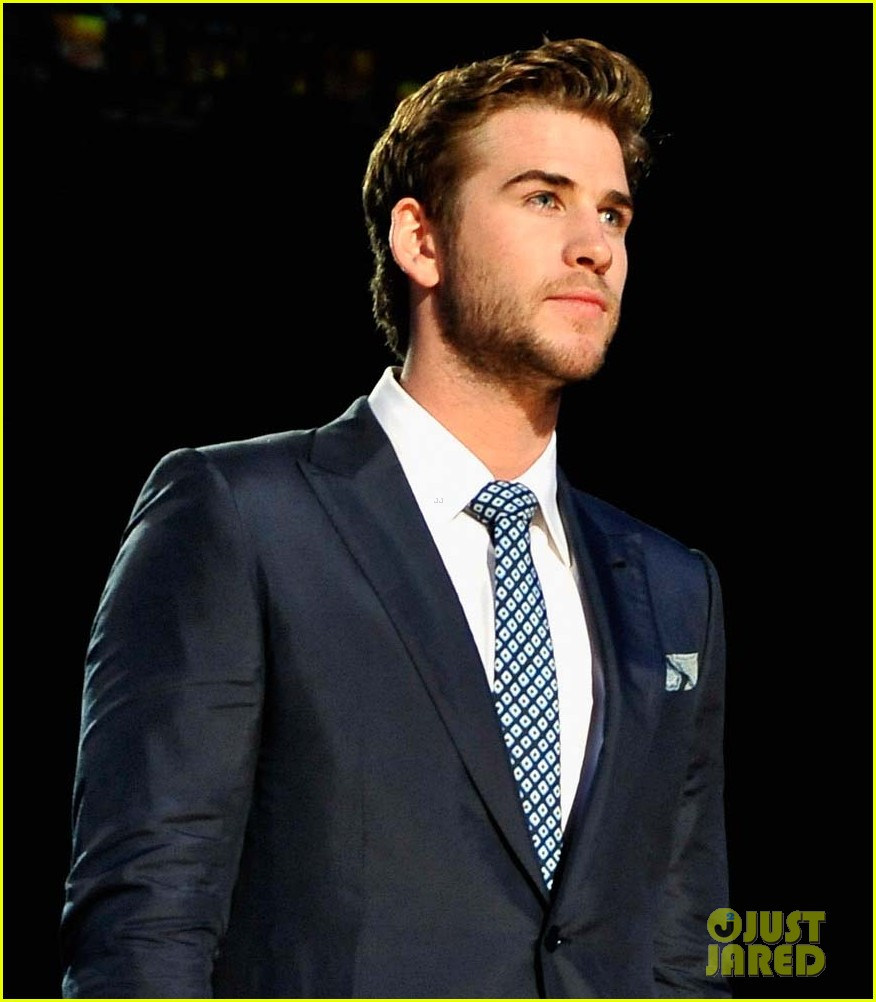 liam hemsworth acm fan jam 04