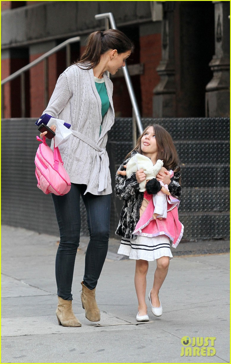 suri cruise sticks tongue out at katie holmes 01