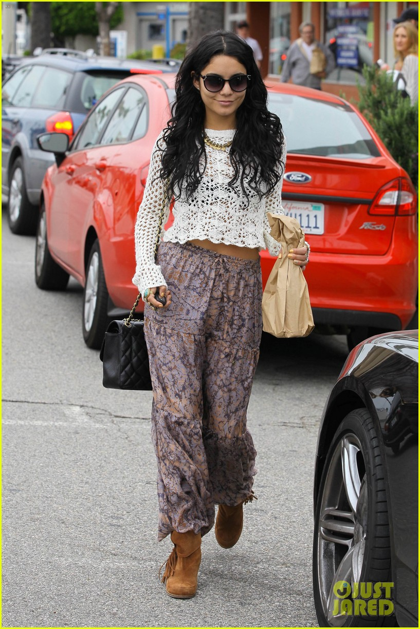 vanessa hudgens lunch with austin butler mom 05