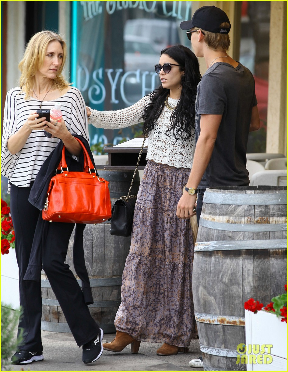 vanessa hudgens lunch with austin butler mom 10