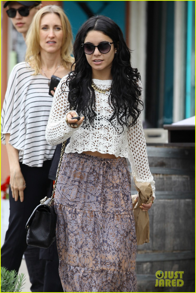 vanessa hudgens lunch with austin butler mom 172653329
