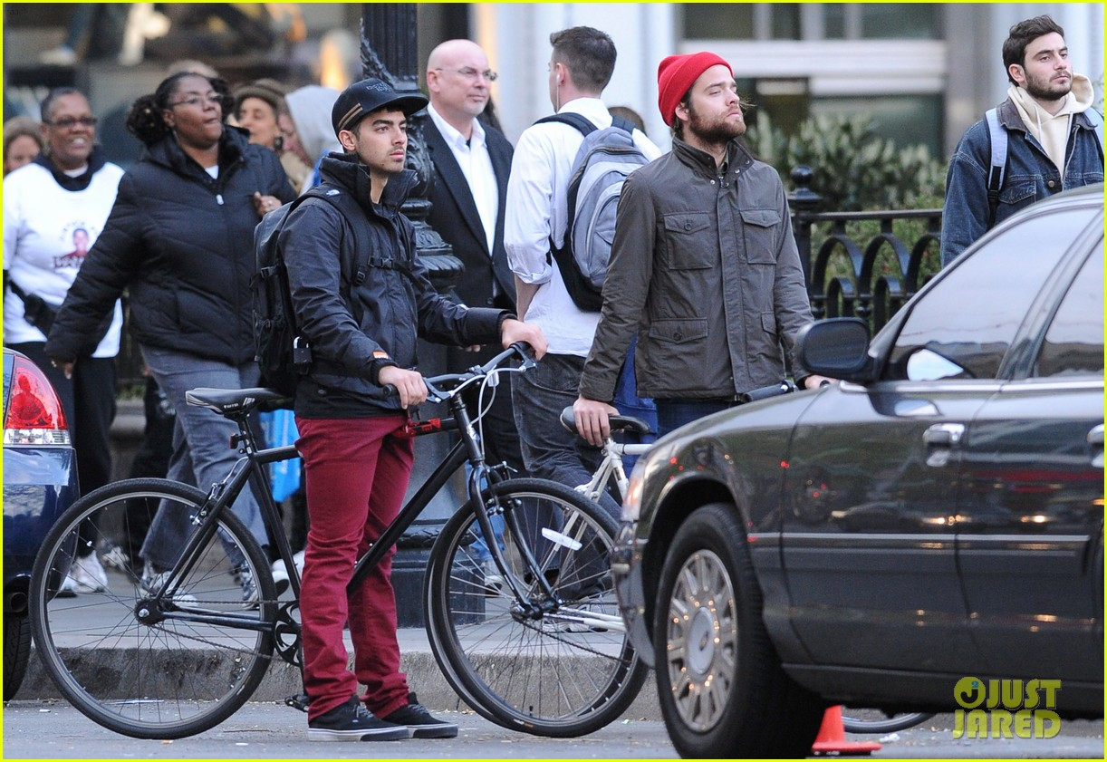 joe jonas biking nyc 05