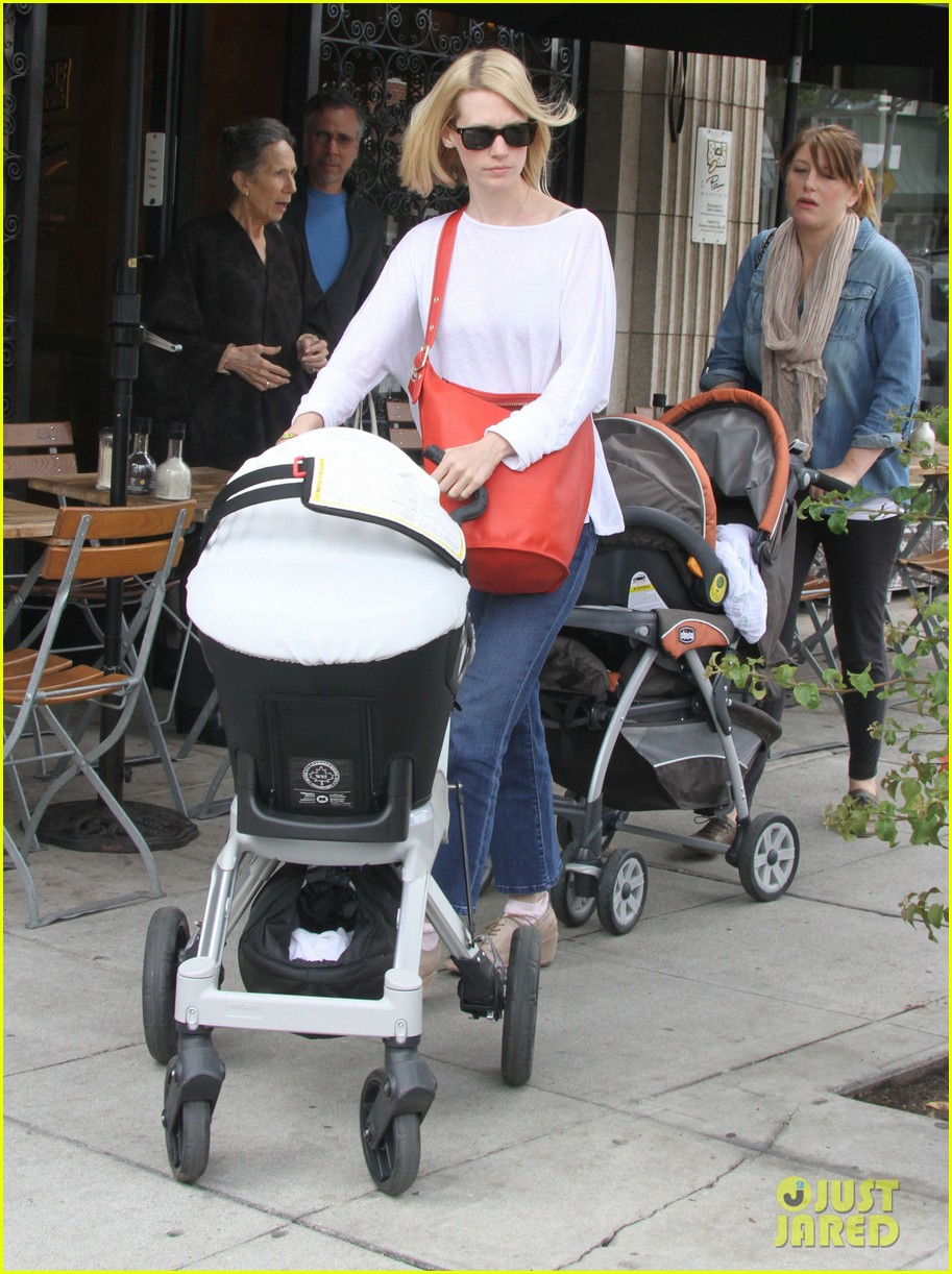 january jones lunch with baby xander 01