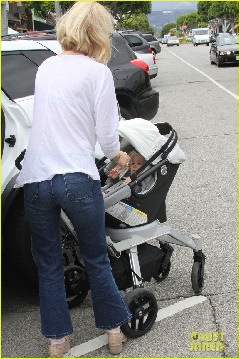 january jones lunch with baby xander 14