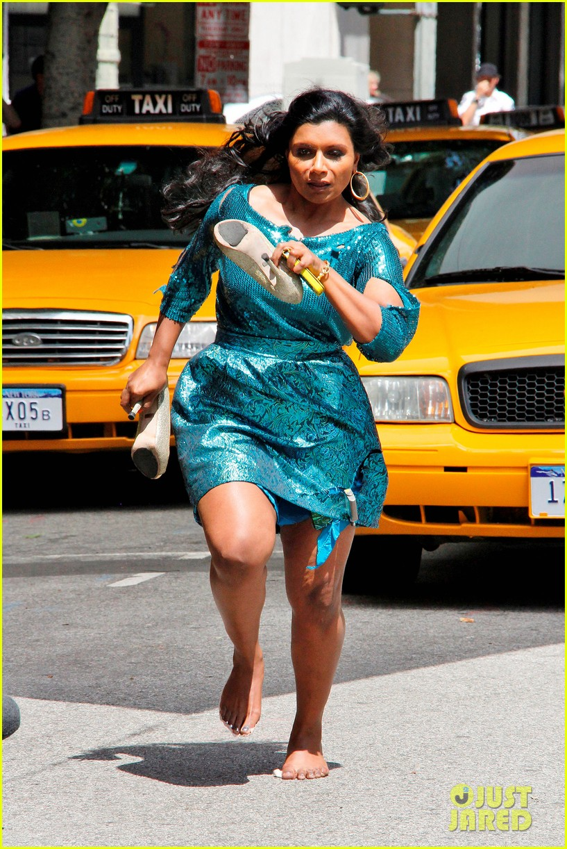 All Star Sprints >> Mindy Kaling: Barefoot on Set: Photo 2645209 | Mindy Kaling Pictures | Just Jared
