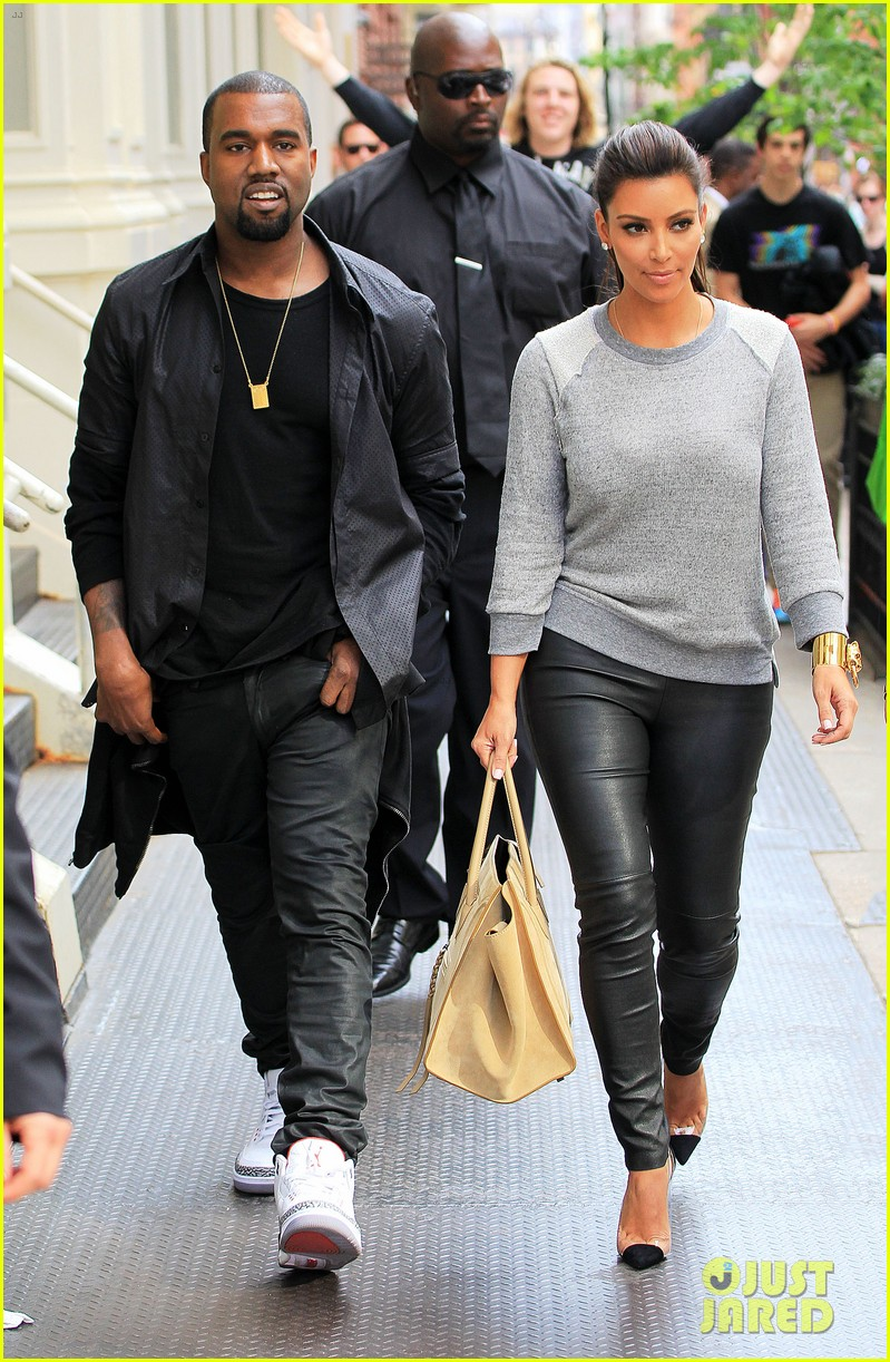 kim kardashian kanye west romantic stroll in nyc 03