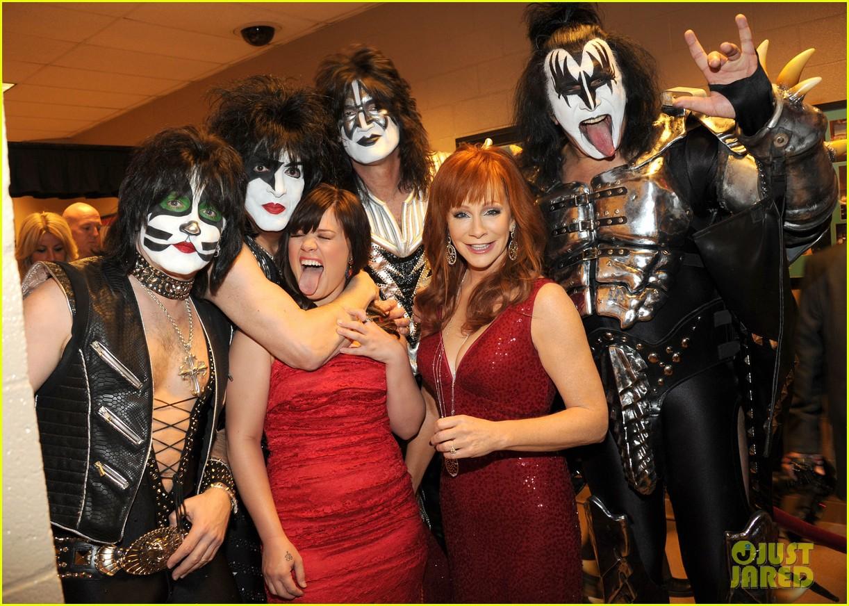 kelly clarkson kiss backstage acm 042644353
