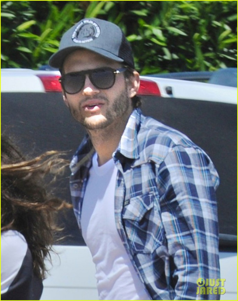 ashton kutcher mila kunis weekend getaway 01