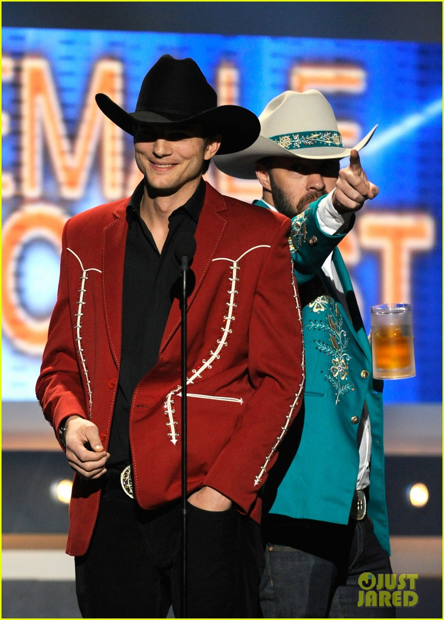ashton kutcher acm awards 062644371