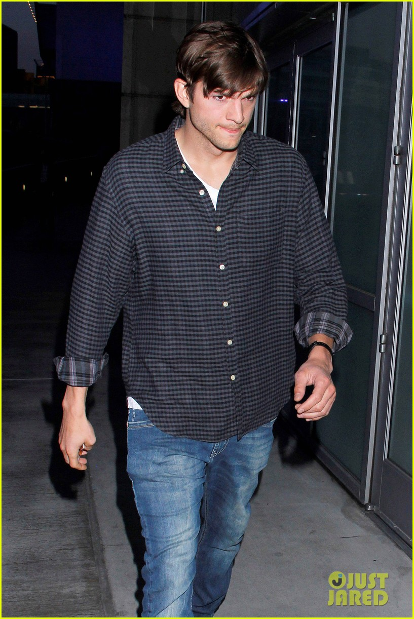 ashton kutcher cheers on the lakers 032644945