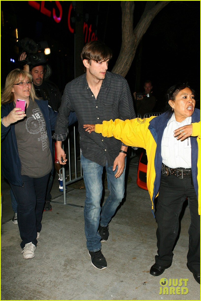 ashton kutcher cheers on the lakers 042644946