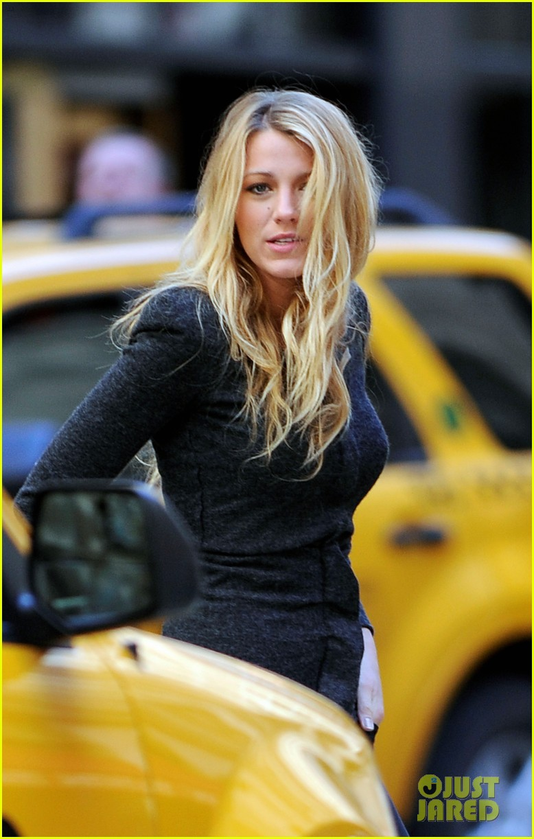 blake lively crossing street nyc 032644745