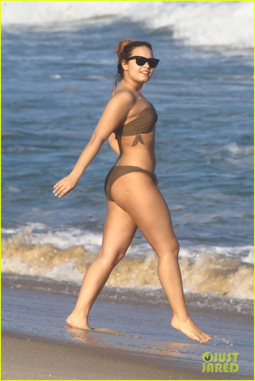 demi lovato flirts on beach 03