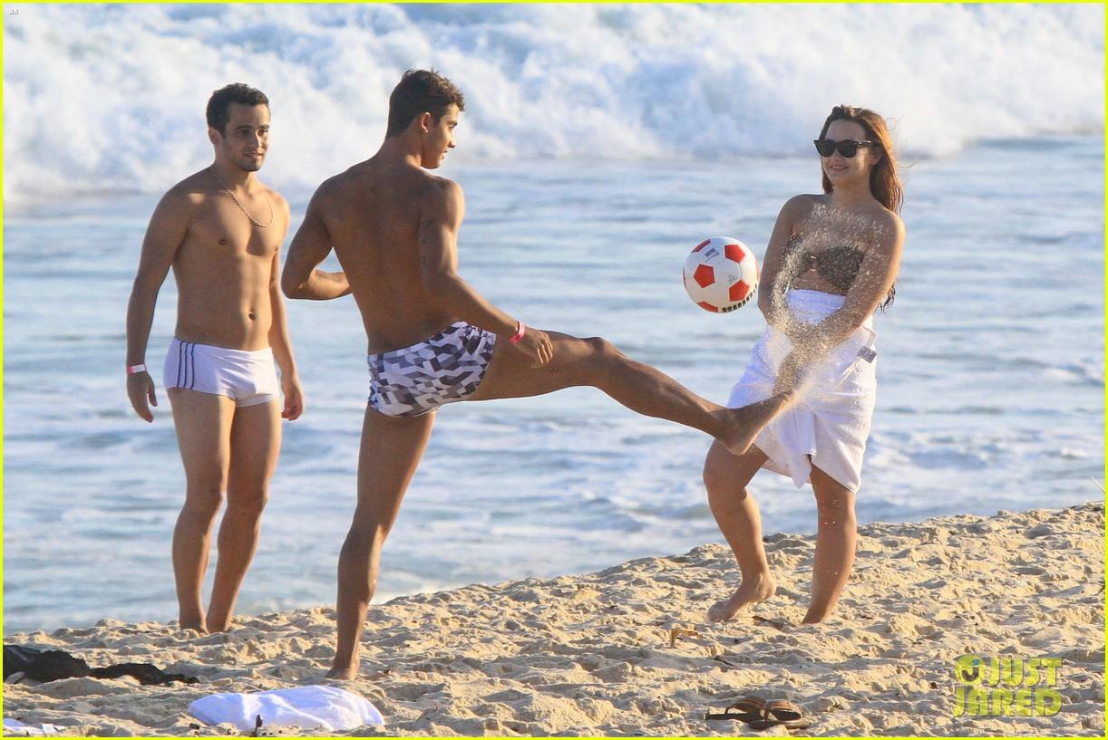 demi lovato flirts on beach 042650883