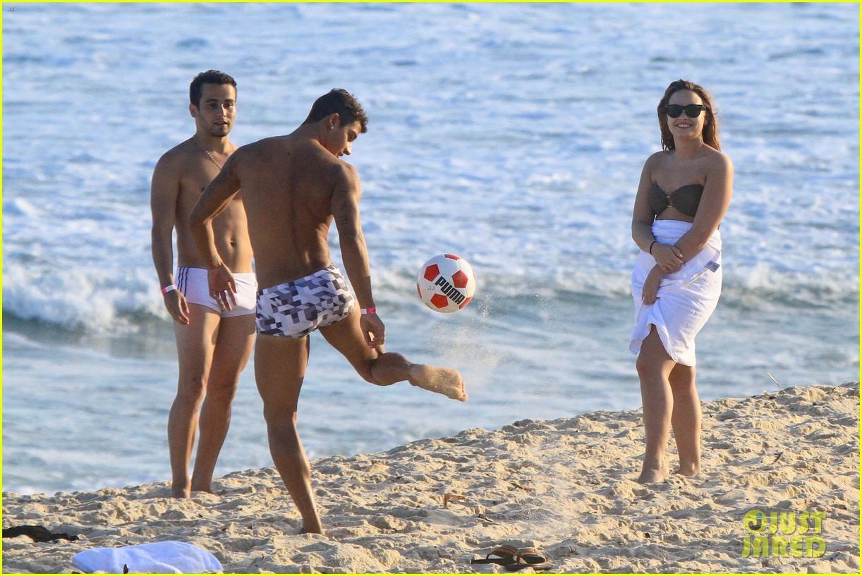 demi lovato flirts on beach 082650887