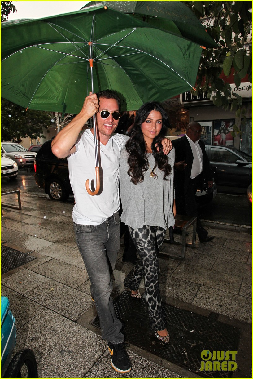 mathew mcconaughey and camila umbrella 02