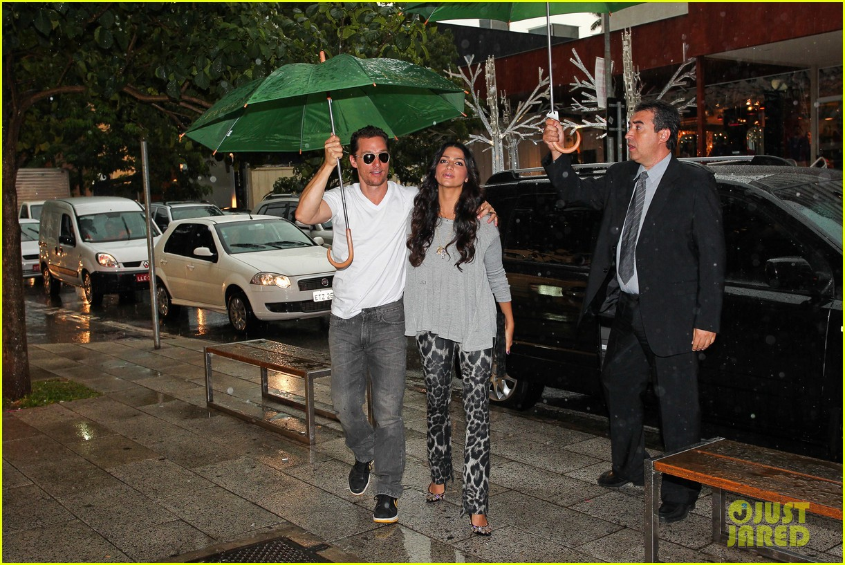 mathew mcconaughey and camila umbrella 03