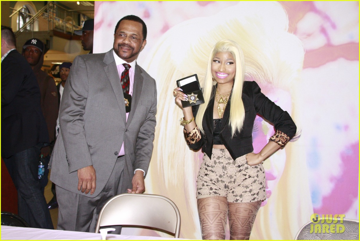nicki minaj roman reloaded f y e philly signing 03